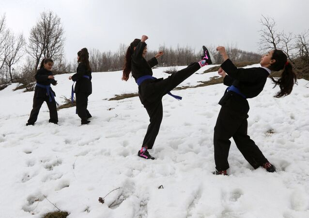 Irak'ta kar üzerinde karate eğitimi