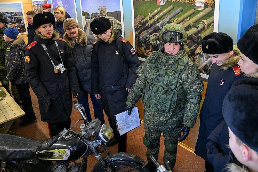 Rus ordusu, Suriye'de ele geçirilen askeri teçhizatı müze trenle Rusya genelinde sergiliyor