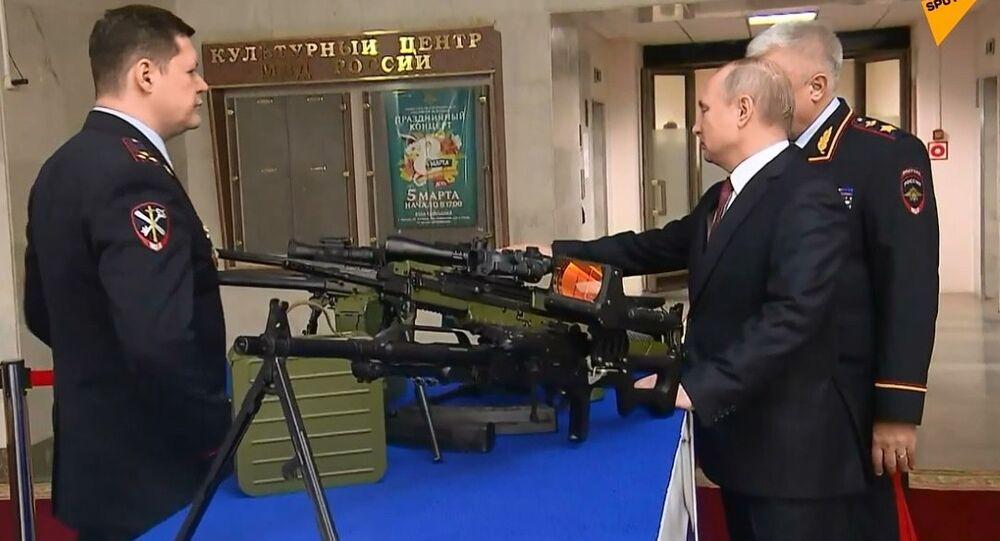 Putin, Rus ordusu ve polisi için hazırlanan yeni tabancaları inceledi