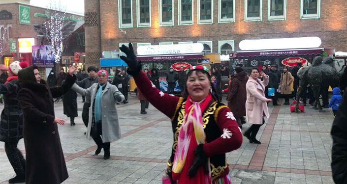 Sincan Uygur Özerk Bölgesi'nin başkenti Urumçi'de geleneksel dans gösterisi yapan bir grup
