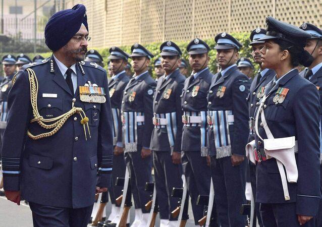 Hindistan Hava Kuvvetleri Komutanı B.S. Dhanoa askeri teftişte