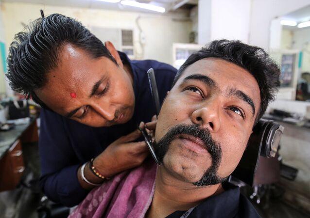 Pakistan tarafından düşürülen Hint savaş uçağının pilotu Abhinandan Varthaman'ı 'kahraman' olarak gören pek çok Hint erkeği, pilotun bıyıklarını taklit etmek için berberlerin yolnunu tutuyor.