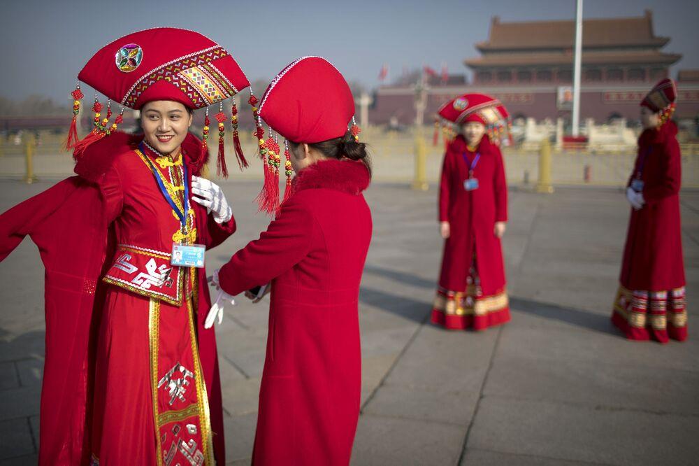 Tiananmen Meydanı'nda selfie çeken ulusal kıyafetli hostes kızları.