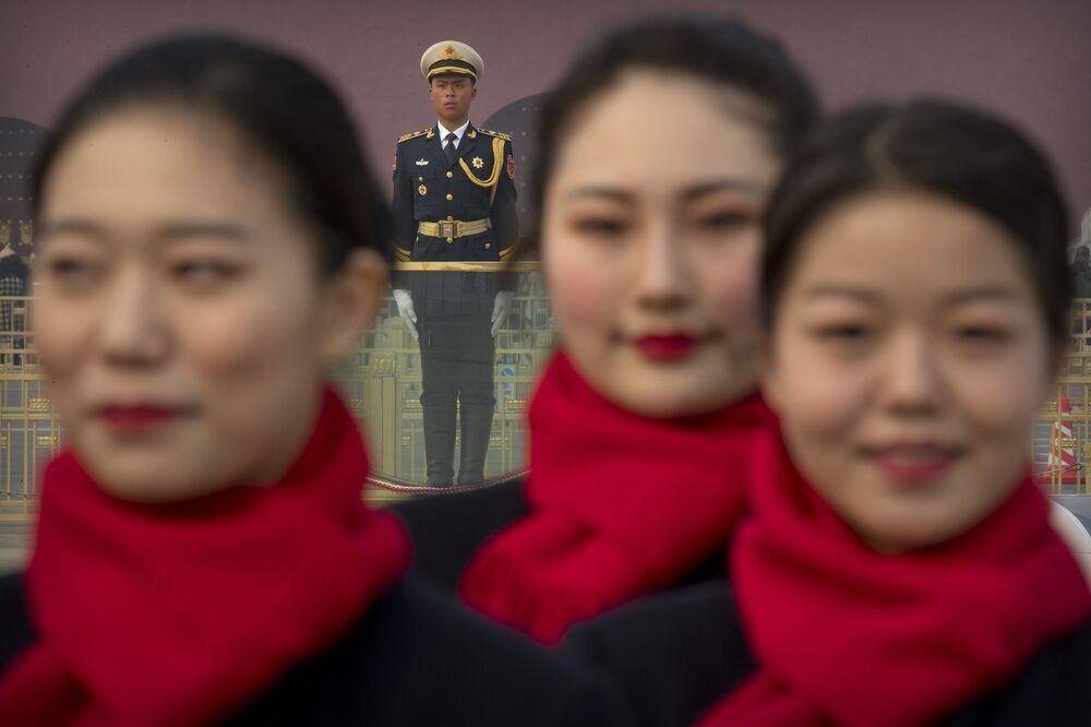Çinli  hostes kızları, Pekin'deki Tiananmen Meydanı'nda.