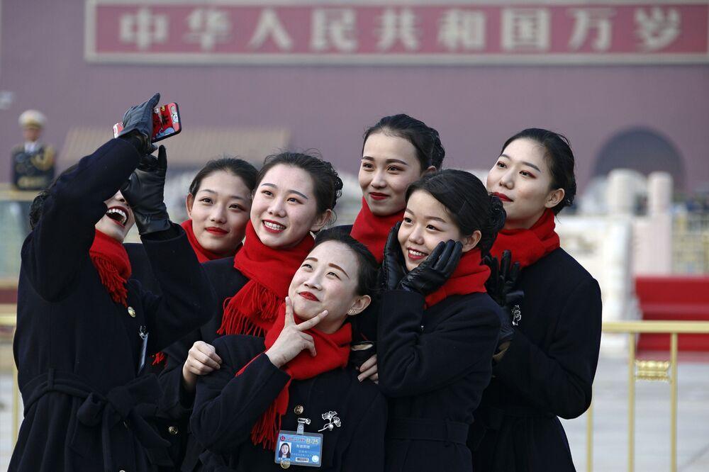 Çin'in başkenti Pekin'de Tiananmen Meydanı'ndaki Büyük Halk Salonu'nda yapılan Çin Ulusal Halk Kongresi'nin (ÇUHK) açılış oturumunun yapılması sebebiyle düzenlenen etkinliğe katılan hostes kızları.