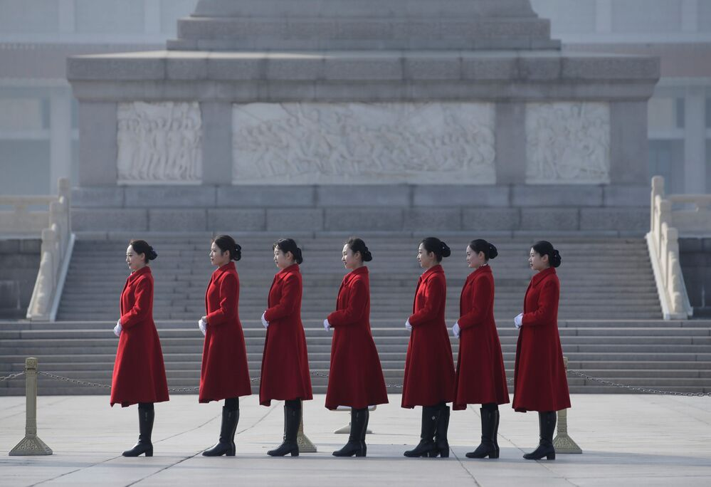Çin Ulusal Halk Kongresi'nin (ÇUHK) olağan oturumunun katılımcılarını karşılama törenine katılan hostes kızlar.
