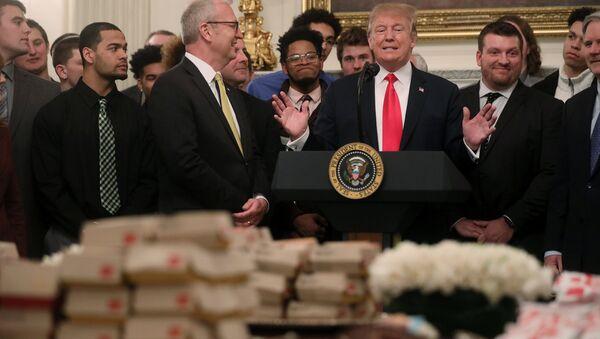 North Dakota State Bison'ı konuk eden Trump, Beyaz Saray'ın yemek masasına tepeleme hamburger, patates kızartması, kızarmış tavuk, tavuklu sandviç ve sos yığdırdı. - Sputnik Türkiye