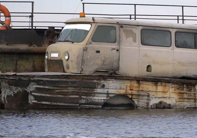 Rusya'da hizmet veren minibüs ve tekne hibridi olan feribot görenleri şaşırtıyor