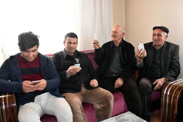 Cep telefonuyla konuşmak için tepeye çıkıyorlar - Sputnik Türkiye