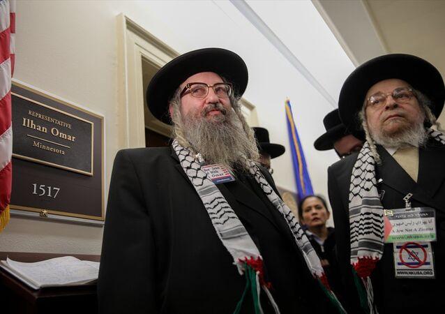 Siyonizm karşıtı Ortodoks Yahudileri, İsrail açıklamaları sebebiyle anti-semitizm tartışmalarının odağına yerleşen ABD Temsilciler Meclisi üyesi Ilhan Omar'a destek ziyaretinde bulundu.
