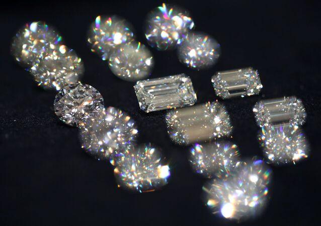 Yakutistan'da  çok büyük elmas madenleri vardır.