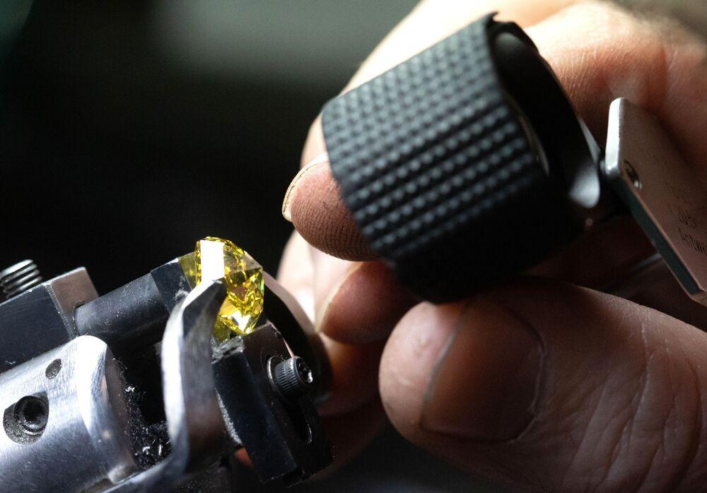 """Tam anlamıyla bir """"elmas diyarı"""" olan Yakutistan topraklarında birçok noktadan elmas çikarılıyor."""