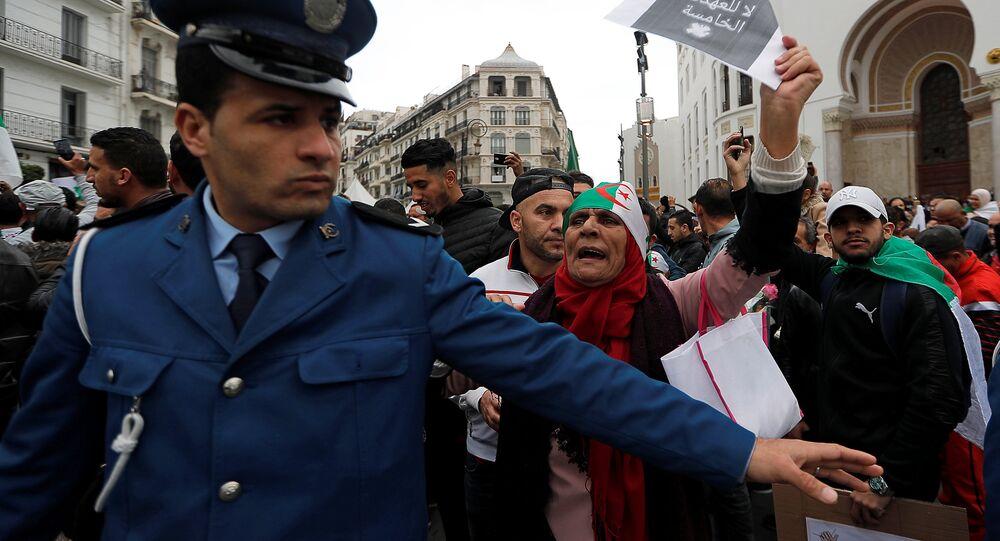 8 Mart 2019 cuma gününün protestolarında başkent Cezayir'de 5. döneme hayır sloganıyla sokaklara dökülenlere polis set çekmeye çalıştı.