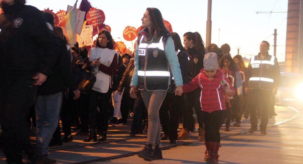 Eskişehir'de bir kadın polis, 8 Mart etkinliğini kızıyla birlikte takip etti