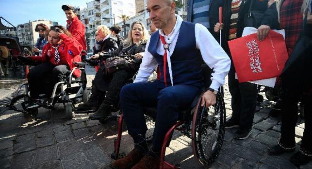 CHP'li Tunç Soyer, farkındalık için tekerlekli sandalye ile gezdi