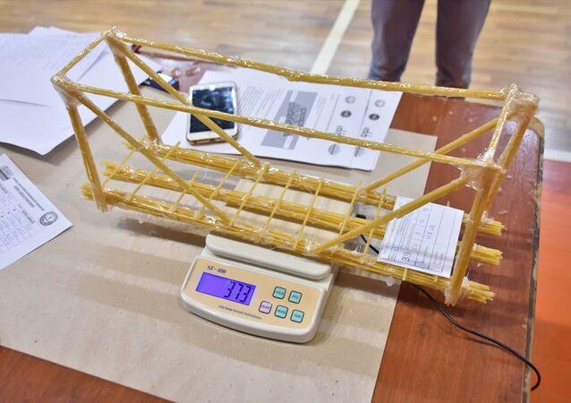 Adıyaman'da öğrenciler makarnadan köprü yapmak için yarıştı