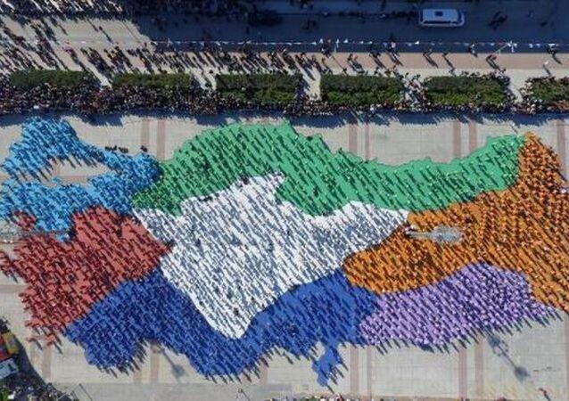 3 bin 500 kadın, Türkiye haritası oluşturup erik dalı oynadı