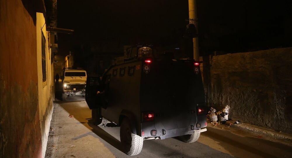 Uzun namlulu silah taşıyan maskeli 5 kişi polisi alarma geçirdi