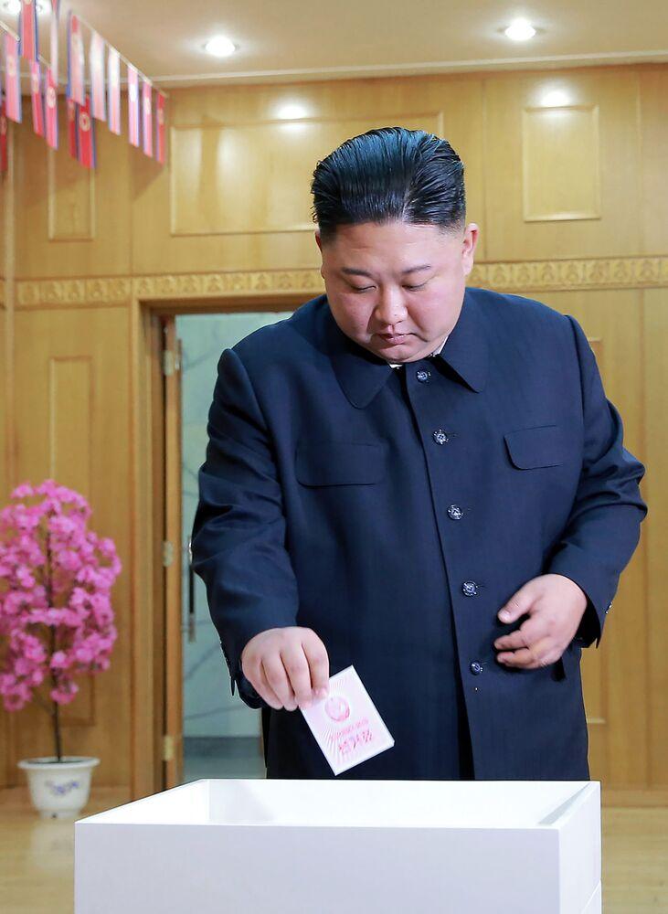 Kim Jong-un oy kullanıyor