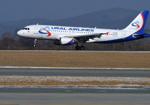 Rus havayolu şirketi Ural Havayolları'na ait bir yolcu uçağı