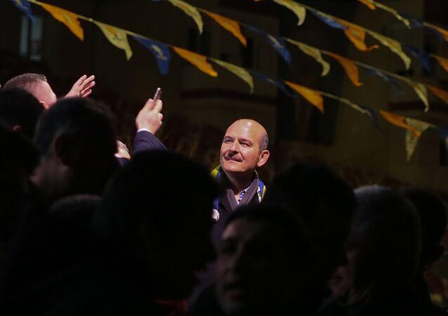 İçişleri Bakanı Süleyman Soylu, İzmir'in Buca ilçesi Kasaplar Meydanı'nda vatandaşlara hitap etti. Bakan Soylu, vatandaşları selamladı.
