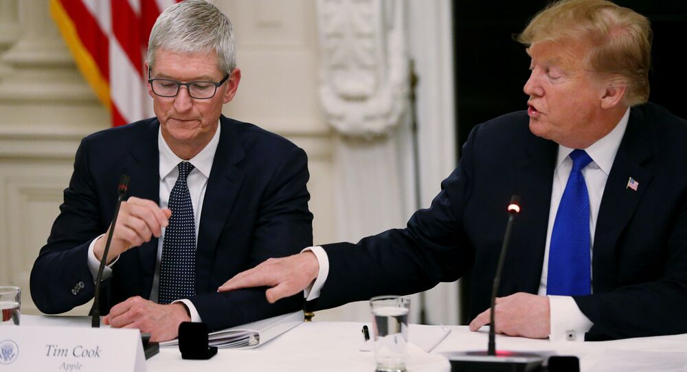 Tim Cook- Donald Trump