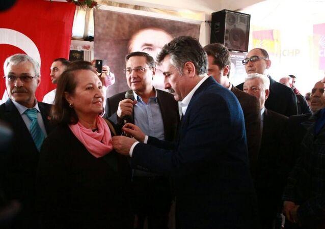 CHP Bayraklı Belediye Başkan adayı Serdar Sandal ve CHP İl Başkanı Deniz Yücel yeni üyelere rozetlerini törenle taktı