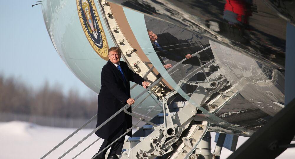 Donald Trump Air Force One'a binerken