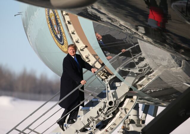 Donald Trump Air Force One'a binerken