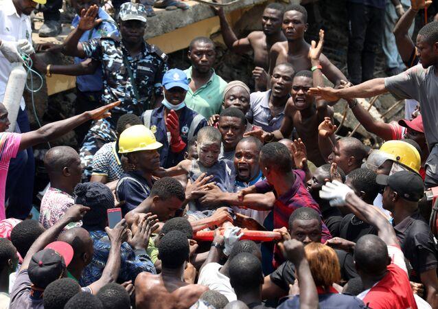 Nijerya'nın en büyük şehirlerinden Lagos'ta bir ilkokulun da bulunduğu üç katlı bir bina çöktü.