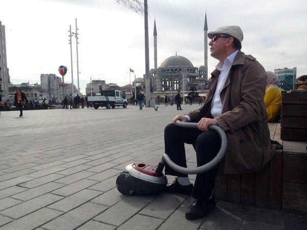 Elektrikli süpürgesiyle sosyal deney yapan Burak Taha isimli bir YouTuber - Sputnik Türkiye