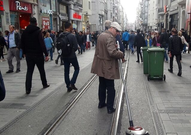 Elektrikli süpürgesiyle sosyal deney yapan Burak Taha isimli bir YouTuber