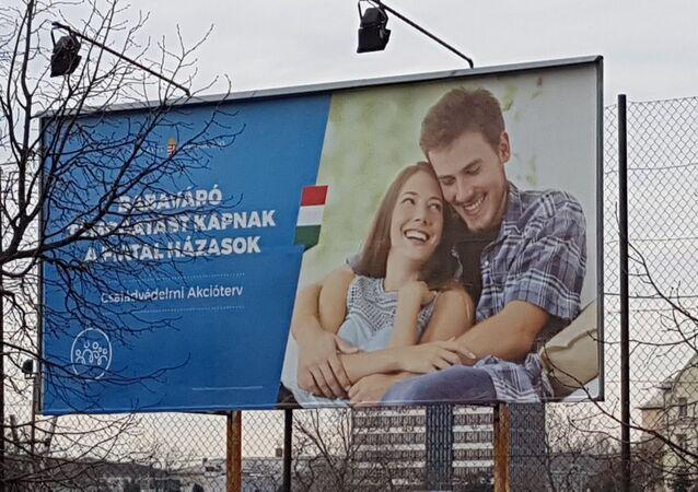 Macaristan'da geleneksel aile değerlerini ve bol çocuklu anneleri teşvik etmeyi amaçlayan posterlere bakanlar, genç çifti çok tanıdık buldu. Zira son bir yıldır piyasada sadakatsizlik teması için kullanılan fotoğraflardaki çiftti bu.