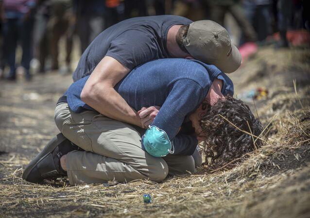 Etiyopya'da düşen Boeing 737 Max 8 uçağında yaşamını yitirenlerin yakınları, enkaz bölgesine gitti
