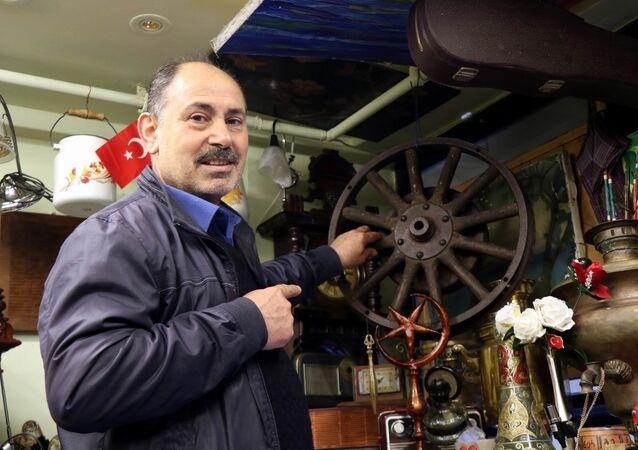 Samsun'da antikacı dükkanı bulunan Nedim Genç (63), Atatürk'ün 1919 yılında Samsun'a çıktıktan sonra kullandığı otomobilinin jantı olduğunu iddia ettiği jantı, 55 bin liraya satıyor.