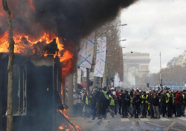 Fransa'da başkent Paris'teki Sarı Yelekliler gazete bayileri ateşe verildi