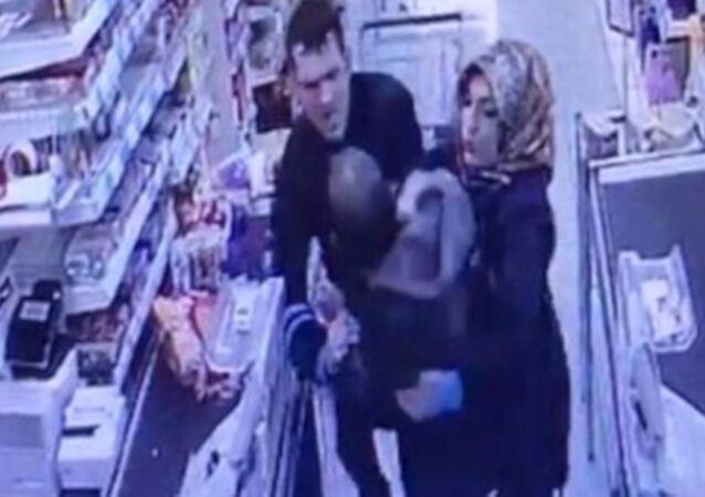 Marketten bebek maması çalarken yakalanan adam gözaltına alındı