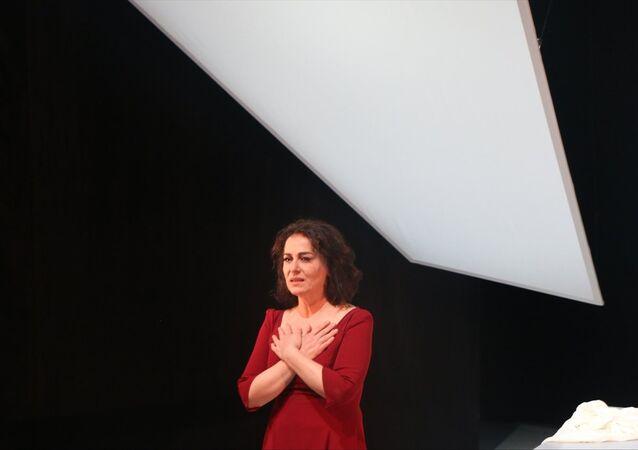 İranlı şair Füruğ Ferruhzad'ın hayatını anlatan, Nazan Kesal'ın (fotoğrafta) Yaralarım Aşktandır isimli tek kişilik oyununun prömiyeri yapıldı.