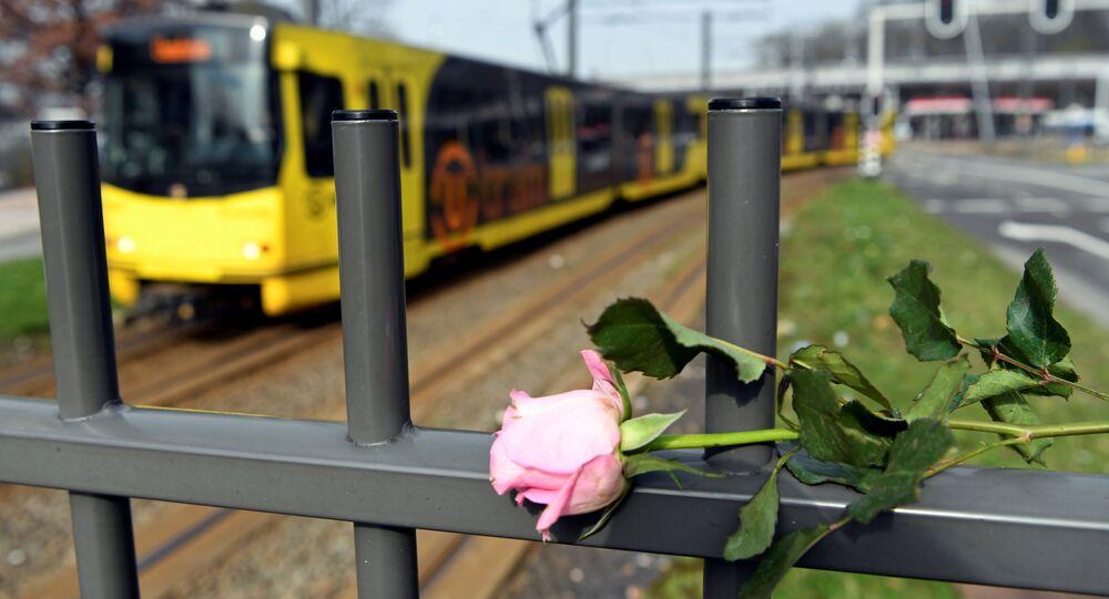 Hollanda'nın Utrecht kentinde tramvayda düzenlenen silahlı saldırının ardından olay yerine çok sayıda çiçek bırakıldı