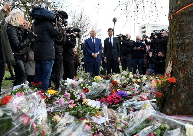 Hollanda Başbakanı Mark Rutte ve Adalet-Güvenlik Bakanı Ferdinand Grapperhaus, Utrecht'te tramvay saldırısının gerçekleştiği mevkide oluşturulan anma köşesine çiçek bıraktı.