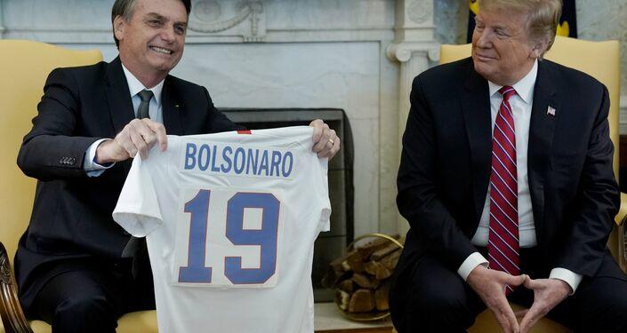 Oval Ofis'te gerçekleşen basına açık kısa görüşmenin sonunda iki lider, arkalarında birbirilerinin isimlerinin yazılı olduğu ülkelerinin milli takımlarının formalarını hediye etti.