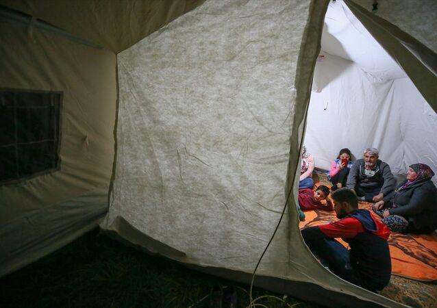 Denizli'nin Acıpayam ilçesinde meydana gelen 5,5 büyüklüğündeki depremden etkilenenler, evlerinin önünde kurulan çadırlarda kalmaya başladı.
