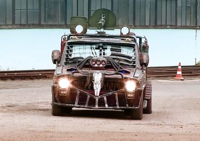 Rus arabaseverden 'canavar' araç: çatıda makineli tüfek, bagajda mangal