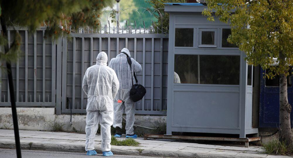 Atina'daki Rus Konsolosluğu'na el bombası olduğu düşünülen bir patlayıcı atıldığı belirtildi.