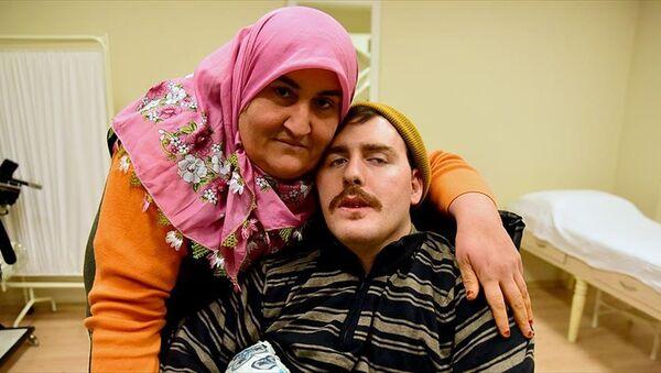 Gülsüm Kabadayı ve 'Umut' ismini verdiği felçli Rus genci - Sputnik Türkiye