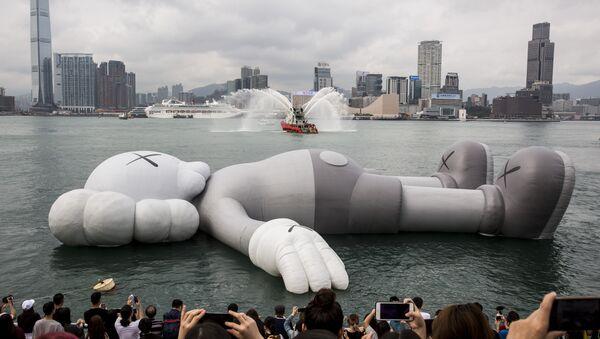 KAWS adıyla da bilinen Amerikalı sanatçı Brian Donnelly'ye ait Disney'in ünlü karakteri Mickey Mouse'u andıran dev yüzen heykel / - Sputnik Türkiye