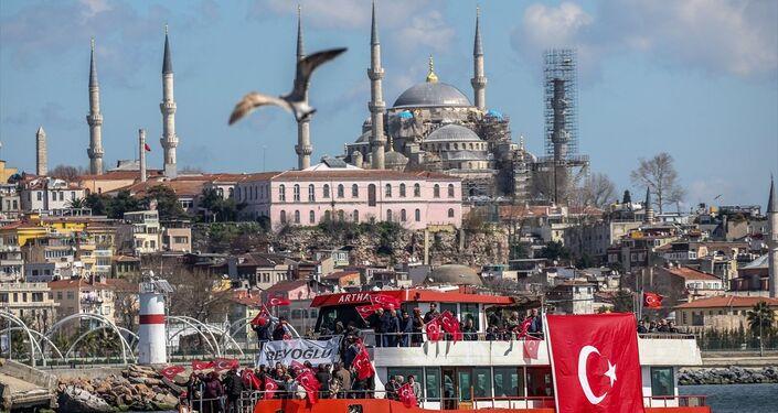 Vatandaşlar, İstanbul'un çeşitli noktalarından vapurlarla miting alanına geldi.
