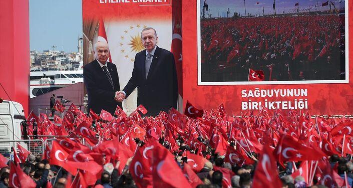 Büyük İstanbul Mitingi'ne Türk bayrağı dışında başka bir bayrak ya da flama getirilmesine izin verilmedi.