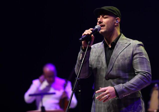 Lübnan asıllı İsveçli şarkıcı Maher Zain, Cemal Reşit Rey (CRR) Konser Salonu'nda hayranlarıyla buluştu.