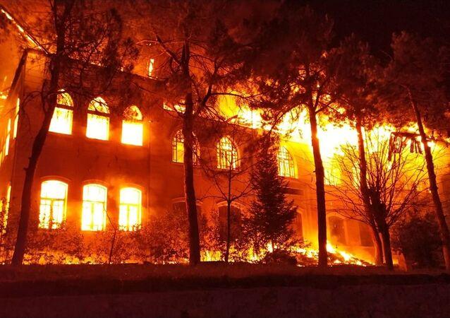 Denizli'nin Çal ilçesinde 1928 yılında tamamlanarak eğitim-öğretime açılan okulda yangın çıktı.